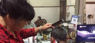 老街胡凤娟:30余年 坚持老三样的剃头师傅 - 大江东网