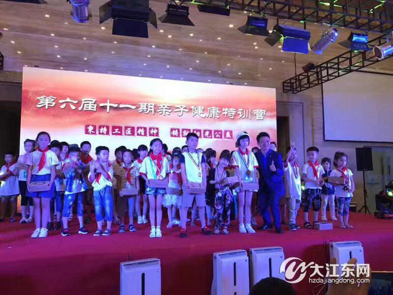 小小童星璀璨江东,这个8岁小男孩用萧山话说快板,就差唱莲花落了…